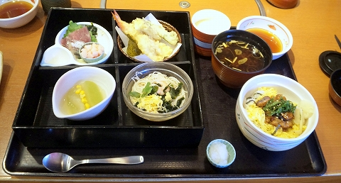西武池袋線の清瀬駅近くの東京都東久留米市幸町5丁目にあるファミリーレストラン和食のさと東久留米店の四季めぐり膳うなぎちらし