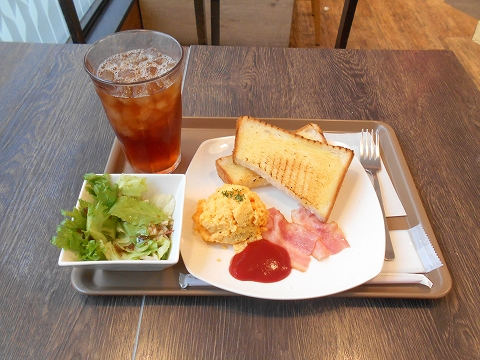 JR総武本線の市川駅を最寄駅とする千葉県市川市市川1丁目にあるビーカフェB-CAFE市川店のスクランブルエッグとベーコンのモーニングセット