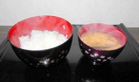 都営大江戸線の光が丘駅を最寄駅とする東京都練馬区田柄3丁目にある定食、食堂の食事処 たがら小料理の本日の日替わり定食の御飯と味噌汁