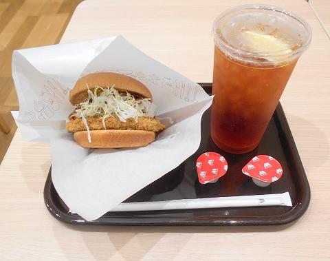 東京都江戸川区瑞江2丁目にあるハンバーガー、ファーストフードの「モスバーガー 瑞江店」兵庫・加古川デミグラ牛カツバーガーとアイスティー