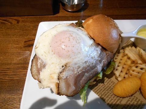 埼玉県越谷市千間台東1丁目にある鉄板ピストロのお店「la planche  ラ・プランシュ」二度と同じの作れないハンバーグ使用ハンバーガー(プランシュバーガー)