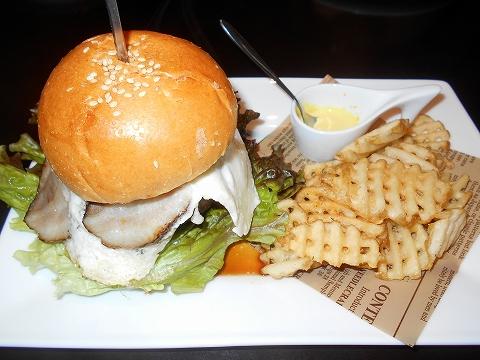 埼玉県越谷市千間台東1丁目にある鉄板ピストロのお店「la planche  ラ・プランシュ」二度と同じの作れないハンバーグ使用ハンバーガー(越谷バーガー)