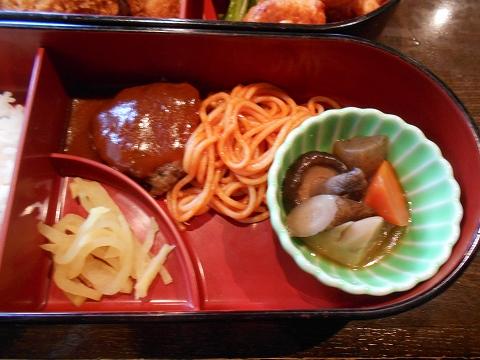 茨城県古河市関戸にあるイタリア料理のお店「いたりあ食堂 灯り家」ちょっと豪華にお弁当ランチのハンバーグ、スパゲティ、筑前煮