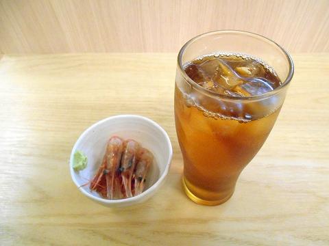 東京都練馬区練馬1丁目にある焼鳥、居酒屋「鳥よし 練馬店」ウーロン茶とお通し