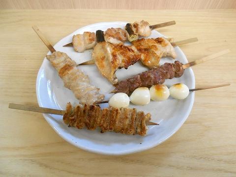 東京都練馬区練馬1丁目にある焼鳥、居酒屋「鳥よし 練馬店」焼鳥(ねぎま、くび肉、砂肝、ひな皮、うずらの卵、手羽先)