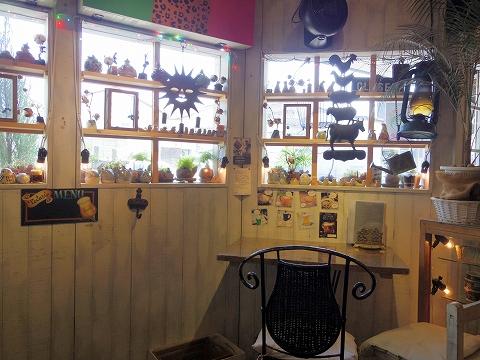埼玉県越谷市袋山にあるカフェ「陶芸カフェ カムデン TOUGEI CAFE CAMDEN」店内