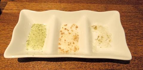 埼玉県越谷市千間台東1丁目にある鉄板ビストロのお店「la planche  ラ・プランシュ」富士幻豚ヒレとんかつに使う塩3種類