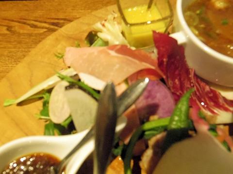 埼玉県越谷市千間台東1丁目にある鉄板ビストロのお店「la planche  ラ・プランシュ」欲張り肉プレートのサラダ
