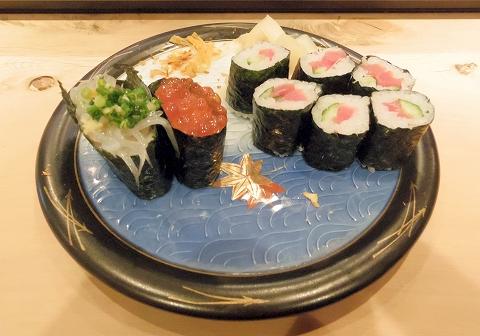 東京都中野区江原町2丁目にある鮨店「鬼朝」松にぎりの白魚といくらと巻物