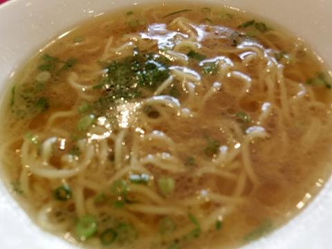埼玉県越谷市登戸町にある中華料理店「ヌーベルシノワ Ishibashi」水晶 鶏肉の唐揚げシンプルなスープ麺