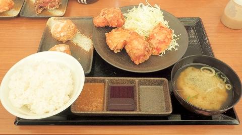埼玉県所沢市北野新町1丁目にあるからあげ専門店「からやま 所沢北野店」からやま定食とジューシーもも丸2個