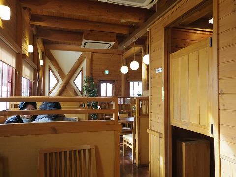 埼玉県春日部市藤塚にあるカフェ「琥珀」店内