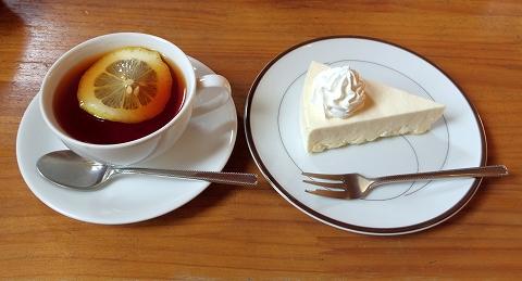 埼玉県春日部市藤塚にあるカフェ「琥珀」ホットレモンティーとチーズケーキ