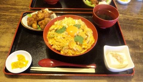 埼玉県所沢市山口にある鶏料理店「軍鶏鍋 鶏八」親子丼ととりから(小)