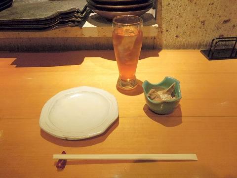埼玉県所沢市東町にある居酒屋「お酒と魚 三二六 SABUROKU」ウーロン茶とお通し