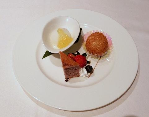 東京都新宿区新宿3丁目にある中華料理店「銀座アスター 新宿賓館」デザートの盛り合わせ