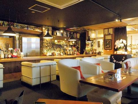 石川県加賀市山代温泉温泉通にあるバー、カフェ「COCKTAIL Bar SWING & Jazz Cafe カクテルバースイング&ジャズカフェ」店内