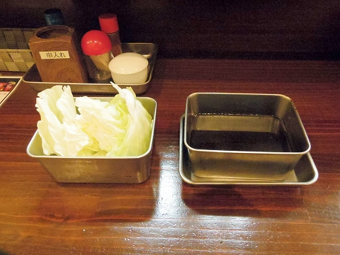東京都新宿区上落合2丁目にある「串揚げ あげあげ 中井店」キャベツと2度漬け禁止のソース