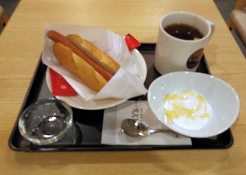 茨城県土浦市有明町にあるカフェ「TULLY'S COFFEE  PLAY atre 土浦店 タリーズコーヒー プレイアトレ土浦店」プレイアトレ土浦店 ポールパークドッグオリジナルとヨーグルトとホットティーのセット