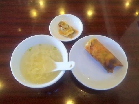 埼玉県所沢市北所沢にある中華料理店「上海料理 寒舎」ランチに付くスープ、点心(春巻)、漬物