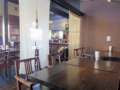 埼玉県入間市東町1丁目にある洋食、ダイニングバーのお店「ボンボン・ウエボン BonBon Huevon」店内