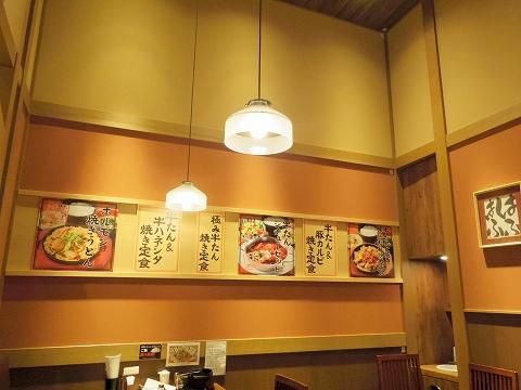 石川県小松市沖周辺土地区画整理事業区域内20街区のイオンモールにある牛肉料理「炙り牛たん万 新小松イオンモール店」店内