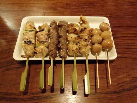 東京都板橋区成増2丁目にある焼鳥、餃子、居酒屋の「小鉄屋 成増店」 ねぎま、砂肝、皮、うずら卵