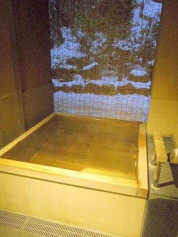 石川県金沢市末町の犀川温泉にある料理温泉旅館「滝亭」宿泊した部屋の露天風呂