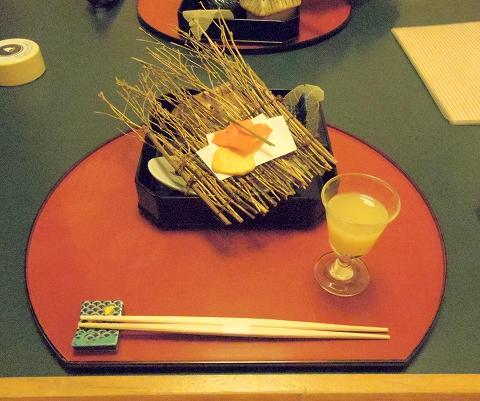石川県金沢市末町の犀川温泉にある料理温泉旅館「滝亭」食前酒と慈姑と海老の煎餅