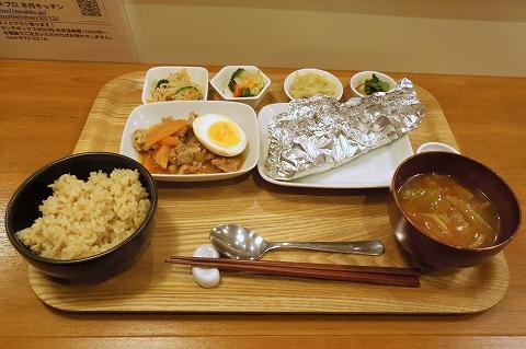 神奈川県川崎市中原区木月2丁目にある自然食のお店「木月キッチン」トロトロ玉ねぎと豚肉のカレー風煮込みとタラのホイル包み焼