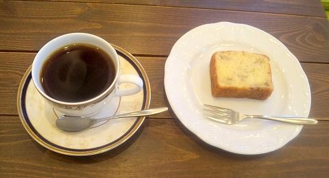 埼玉県所沢市下安松にあるカフェ、珈琲専門店の「自家焙煎珈琲カプリコーン」モカ・マタリとバナナのバウンドケーキ