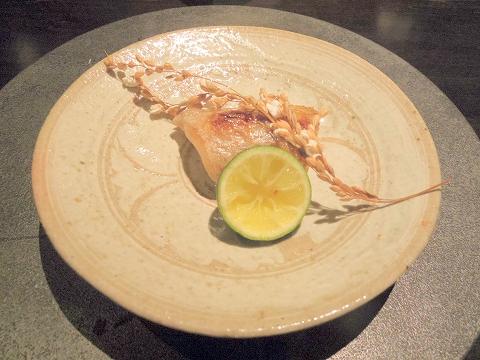 石川県加賀市山代温泉にある温泉旅館「べにや無何有」夕食 焼き物 のどぐろ炭火焼 揚げ稲穂 すだち