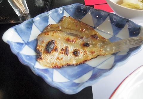 石川県加賀市山代温泉にある温泉旅館「べにや無何有」朝食 温泉カレイ炭火焼き