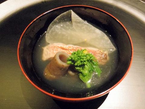 石川県加賀市山代温泉にある温泉旅館「べにや無何有」夕食 椀 ぐじ薄氷仕立て 管ごぼう 菜の花 あられ柚子
