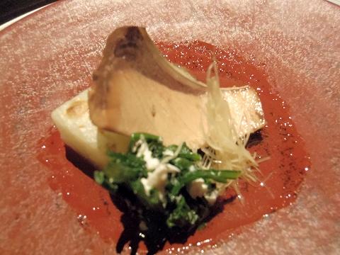 石川県加賀市山代温泉にある温泉旅館「べにや無何有」夕食 煮物 鰤大根 かすみ春菊