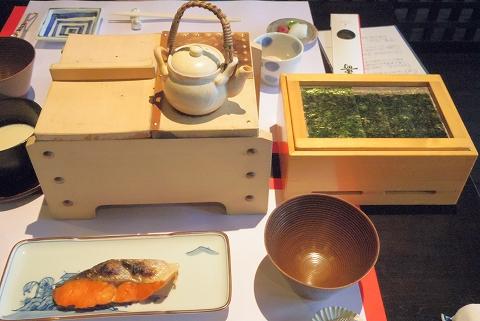 石川県加賀市山代温泉にある温泉旅館「べにや無何有」朝食 豆乳豆腐 焼海苔 紅鮭の焼き物