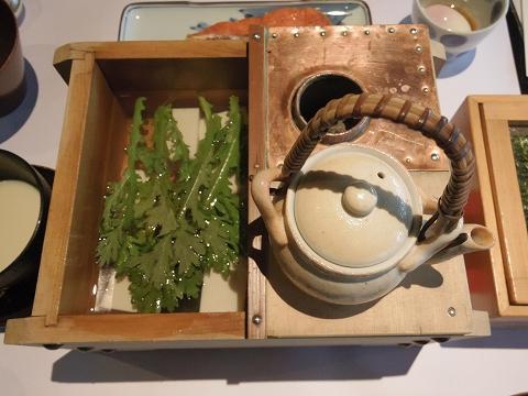 石川県加賀市山代温泉にある温泉旅館「べにや無何有」朝食 豆乳豆腐 春菊