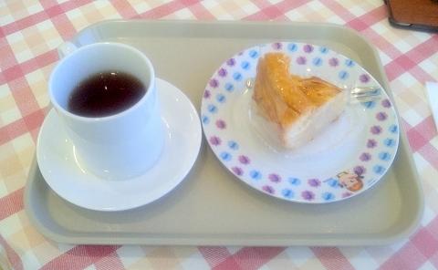埼玉県所沢市北野3丁目にある洋菓子、カフェのお店「不二家 所沢北野店」ホットレモンティーとアップルパイ