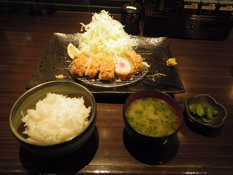 神奈川県川崎市川崎区小川町にある「とんかつ六」極上ヒレと御飯、味噌汁、香の物