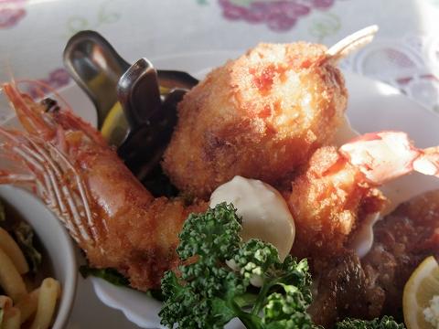 茨城県水戸市見川町にある洋食店「レストハウス時代屋」有頭エビフライとカニクリームコロッケ