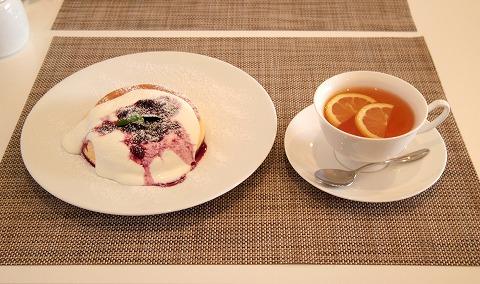埼玉県越谷市千間台西1丁目にあるパンケーキのお店「fluffy cafe フラッフィー カフェ」ホットレモンティーとミックスベリーソースのパンケーキ