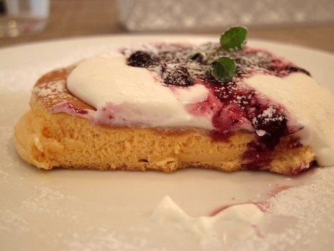 埼玉県越谷市千間台西1丁目にあるパンケーキのお店「fluffy cafe フラッフィー カフェ」ミックスベリーソースのパンケーキ