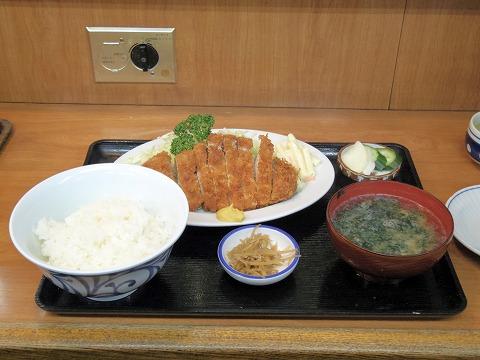東京都江東区清澄3丁目にある居酒屋「三岩」上とんかつ定食