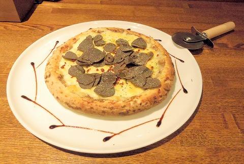 埼玉県越谷市千間台東1丁目にある鉄板ビストロの「la planche  ラ・プランシュ」たっぷりトリュフのピザ