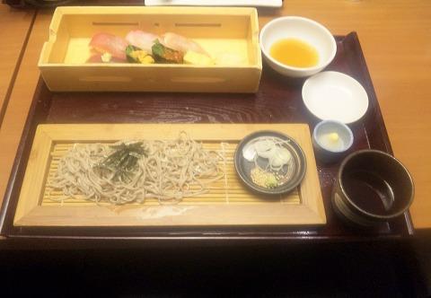 埼玉県入間市下藤沢にある寿司、創作料理の「一幸 入間店」特上和の極みの特上寿司(トロ、本日の鮮魚2種、海老、ウニ、いくら)と石臼挽きそば