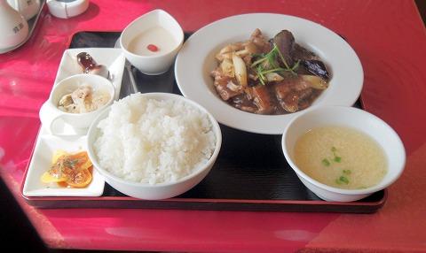 埼玉県越谷市千間台西4丁目にある「中華料理 喜」Bランチ 牛肉とヤサイのトウチ炒め(ライス、スープ、小鉢、デザート付き)