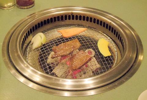 埼玉県越谷市千間台西5丁目にある焼肉店「海花苑」究極盛りの肉を焼いているところ