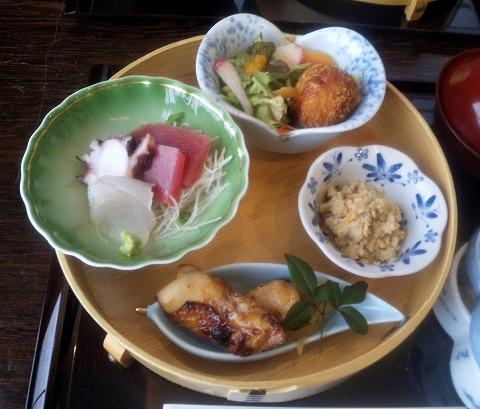 埼玉県所沢市緑町3丁目にある割烹、小料理のお店「旬菜料理 花もも」ももいろ弁当のお刺身、とりの照り焼き、小鉢、自家製コロッケ
