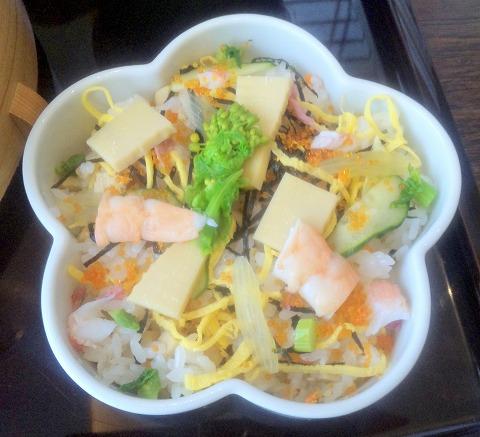 埼玉県所沢市緑町3丁目にある割烹、小料理のお店「旬菜料理 花もも」ももいろ弁当の花ちらし寿司