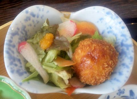 埼玉県所沢市緑町3丁目にある割烹、小料理のお店「旬菜料理 花もも」ももいろ弁当自家製コロッケ